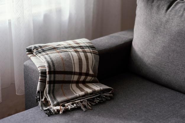 Dzianinowy Koc Na Kanapie Premium Zdjęcia
