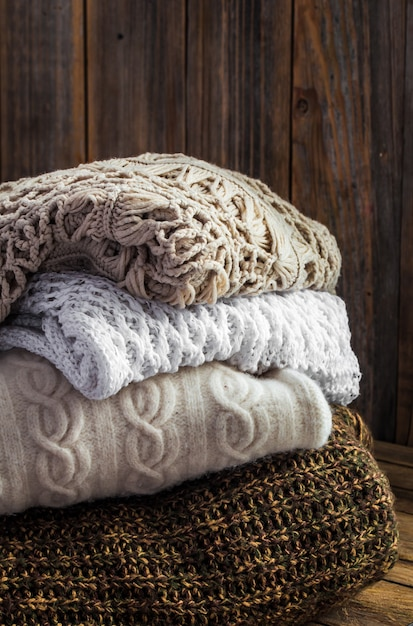 Dzianinowy Przytulny Sweter Leżący Na Drewnianej ścianie Darmowe Zdjęcia
