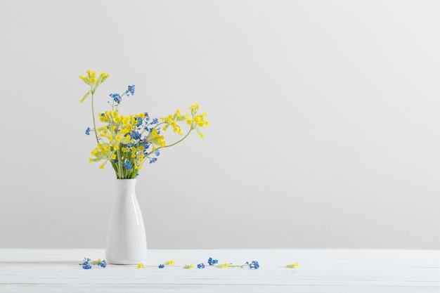 Dzicy Kwiaty W Wazie Na Bielu Stole Premium Zdjęcia