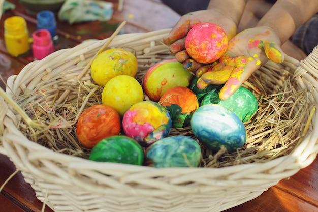 Dzieci Bawią Się Farbując Jajka Na Wielkanoc. Premium Zdjęcia