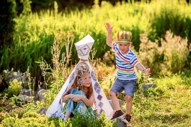 Dzieci Bawią Się Jak Aborygenów Amerykańskich Na Zielonej Trawie W Polu Darmowe Zdjęcia