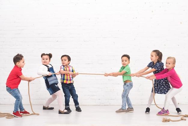 Dzieci bawiące się w grupie Darmowe Zdjęcia