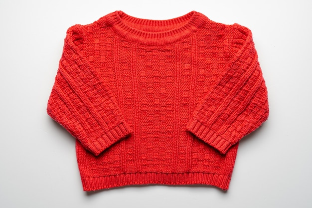 Dzieci Czerwony Sweter Z Dzianiny Na Białym Tle. Przedni Widok Premium Zdjęcia