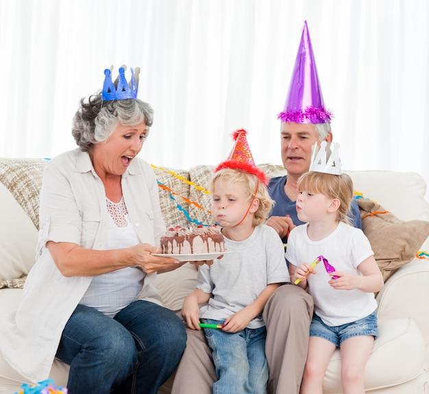 Dzieci Dmuchanie Na Tort Urodzinowy Premium Zdjęcia