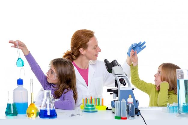 Dzieci dziewczynka i nauczyciel kobieta w szkole laboratorium Premium Zdjęcia