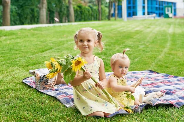 Dzieci Dziewczynki W Letnim Parku Premium Zdjęcia