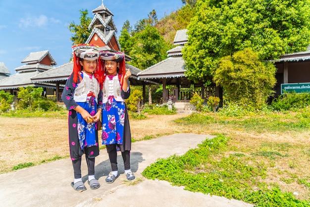 Dzieci hmong ze śluzem nosowym, portret małych dziewcząt h'mong (miao) ubranych w tradycyjny strój podczas świąt księżycowego nowego roku Premium Zdjęcia