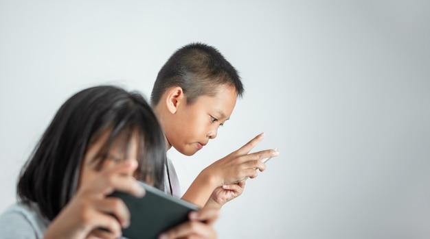 Dzieci I Bezpieczne Korzystanie Z Koncepcji Technologii. Premium Zdjęcia