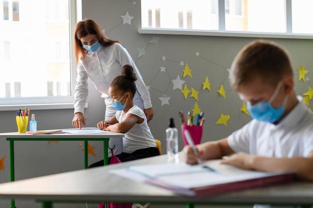 Dzieci I Nauczyciel W Maskach Medycznych Darmowe Zdjęcia