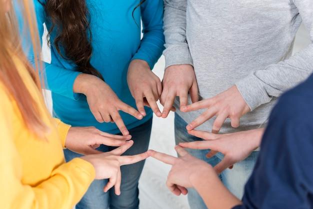 Dzieci Kąt Wysoki, Tworząc Ramkę Znak Pokoju Z Rękami Darmowe Zdjęcia