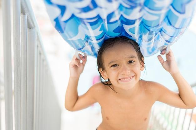 Dzieci Korzystające Z Basenu Pod Wodą Cieszące Się W Letnim Kurorcie Przy Basenie Z Materacem Premium Zdjęcia