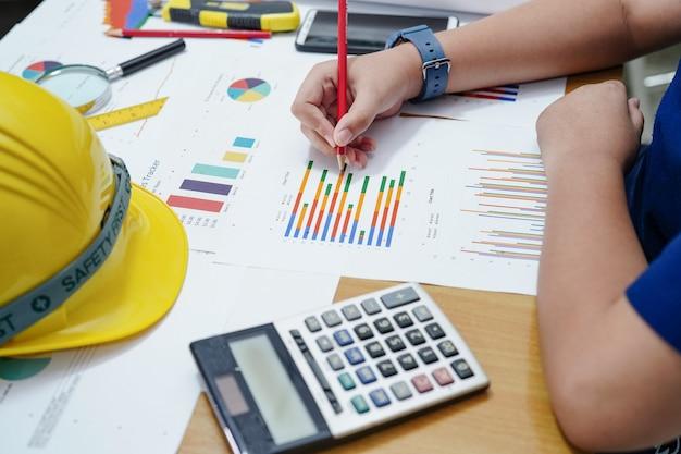 Dzieci lub dzieci obliczają matematykę i wykres ołówkiem o matematyce, aby zostać inżynierem. Premium Zdjęcia