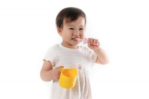 Dzieci Myje Zęby Na Bielu Premium Zdjęcia