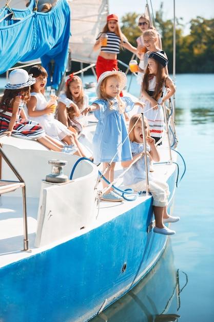 Dzieci Na Pokładzie Jachtu Do Picia Soku Pomarańczowego. Darmowe Zdjęcia