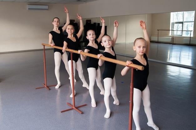 Dzieci Na Zajęciach Tańca Baletowego. Premium Zdjęcia
