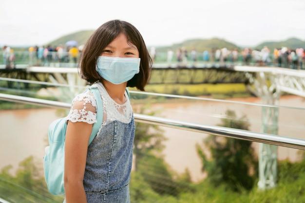 Dzieci Noszące Maski Do Ochrony Przed Wirusem Koronowym Premium Zdjęcia