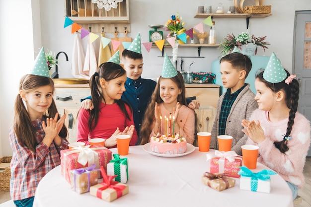 Dzieci Obchodzą Urodziny Darmowe Zdjęcia