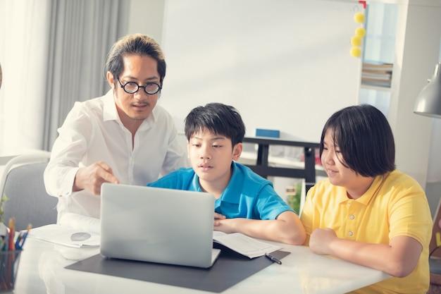 Dzieci Pokoju Nauczycielskiego W Klasie Uczącej Się Na Laptopie Premium Zdjęcia