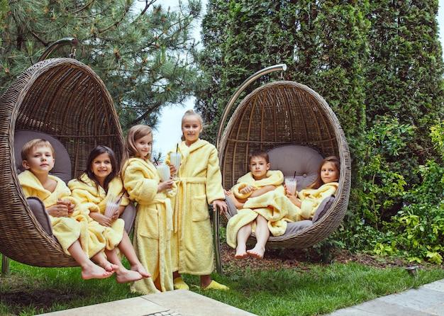 Dzieci Relaks W Ogrodzie Darmowe Zdjęcia