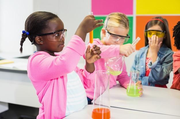 Dzieci Robią Eksperyment Chemiczny W Laboratorium Premium Zdjęcia