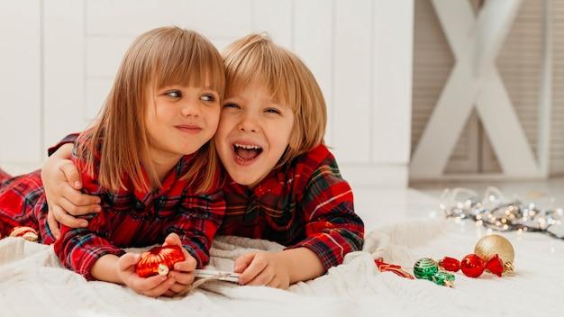 Dzieci Są Blisko W Boże Narodzenie Z Miejsca Na Kopię Darmowe Zdjęcia