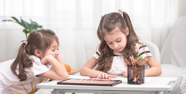 Dzieci Siedzą Przy Stole I Odrabiają Lekcje Darmowe Zdjęcia