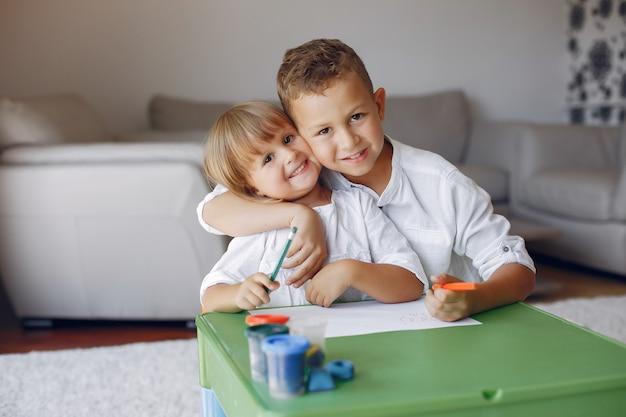 Dzieci Siedzą Przy Zielonym Stole I Rysują Darmowe Zdjęcia