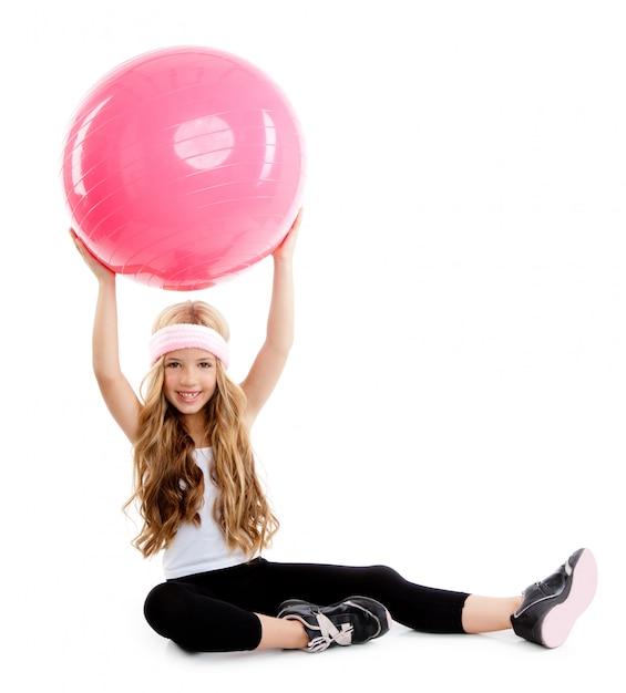 Dzieci siłownia joga dziewczyna z pilates różową piłkę Premium Zdjęcia