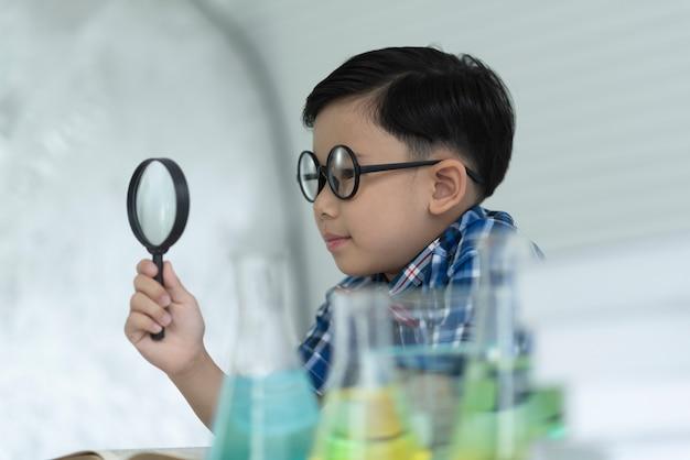 Dzieci studiują naukę. Premium Zdjęcia