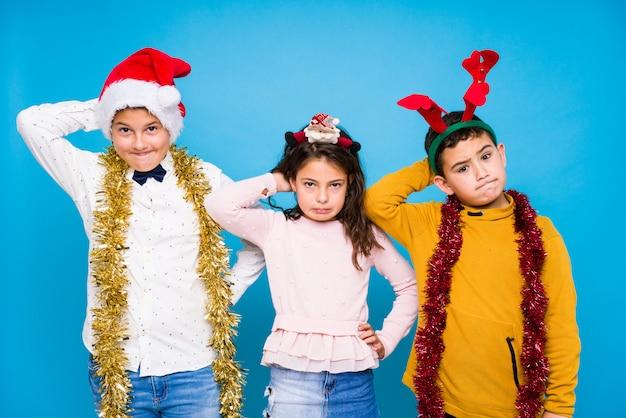 Dzieci świętują dzień crhistmas robiąc wyrażenia Premium Zdjęcia