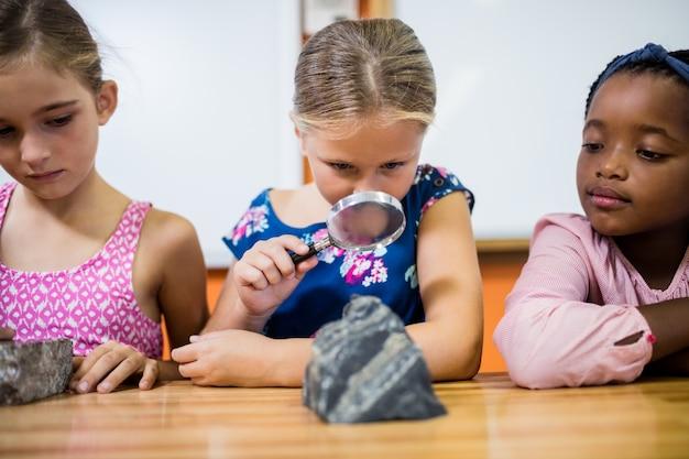 Dzieci Szukające Skamielin Z Lupą Premium Zdjęcia