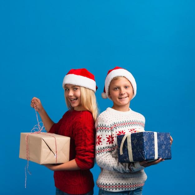 Dzieci trzymając prezenty miejsca kopiowania Darmowe Zdjęcia