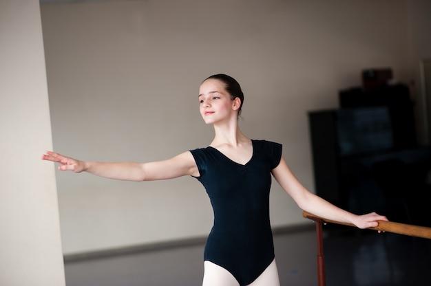 Dzieci Uczą Się Pozycji Baletowych W Choreografii. Premium Zdjęcia