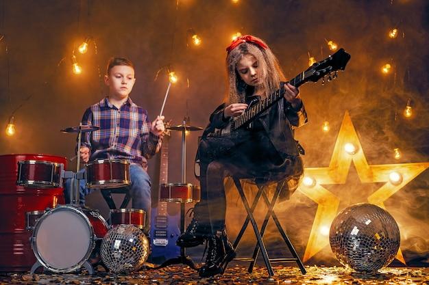 Dzieci Udające Zespół Rockowy Premium Zdjęcia