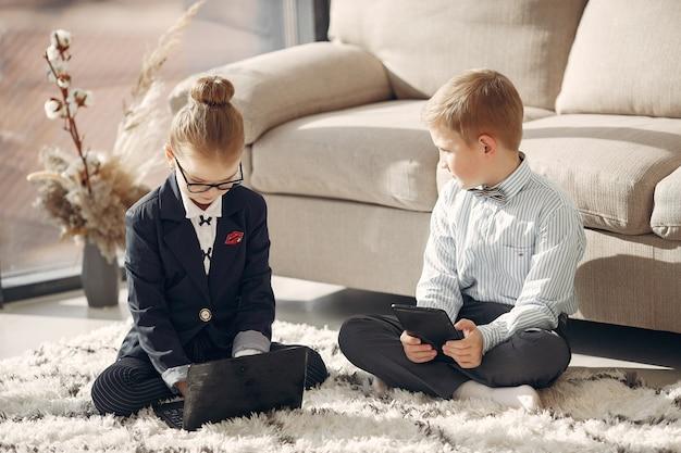 Dzieci W Biurze Z Laptopem Darmowe Zdjęcia