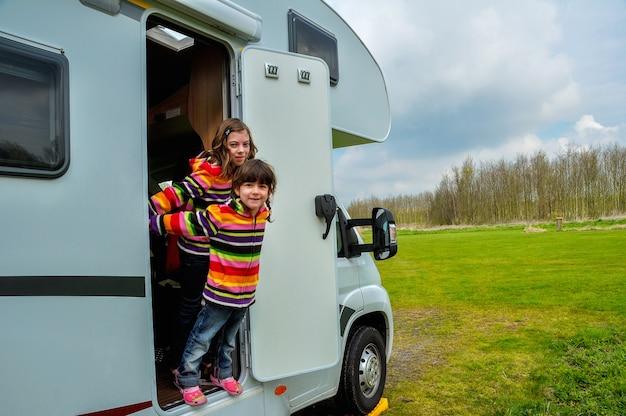 Dzieci W Kamperie, Rodzinne Wakacje W Kamperze Na Wakacjach Premium Zdjęcia