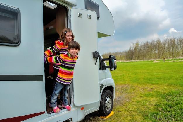 Dzieci W Kamperie (rv), Rodzinne Wakacje W Kamperze Na Wakacjach Premium Zdjęcia