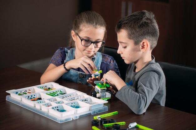 Dzieci W Klasie Zbierają Figurkę Od Projektanta. Premium Zdjęcia