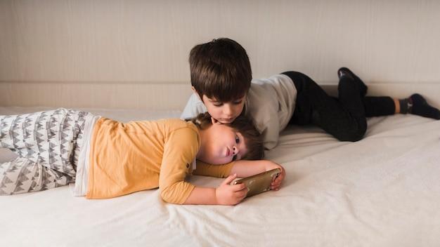 Dzieci W łóżku Ze Smartfonem Darmowe Zdjęcia