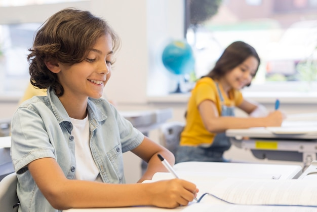 Dzieci W Piśmie Do Pisania Premium Zdjęcia