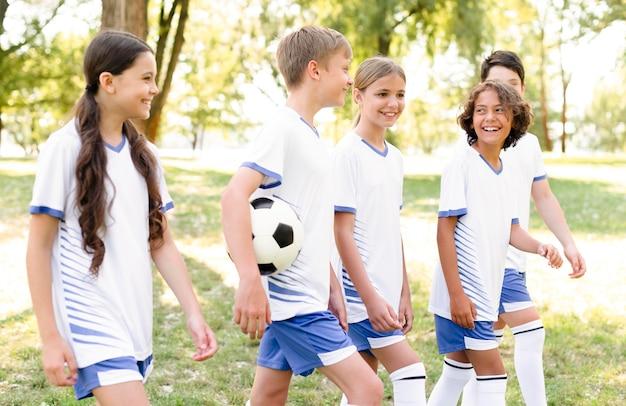 Dzieci W Sprzęcie Piłkarskim Przygotowują Się Do Meczu Darmowe Zdjęcia