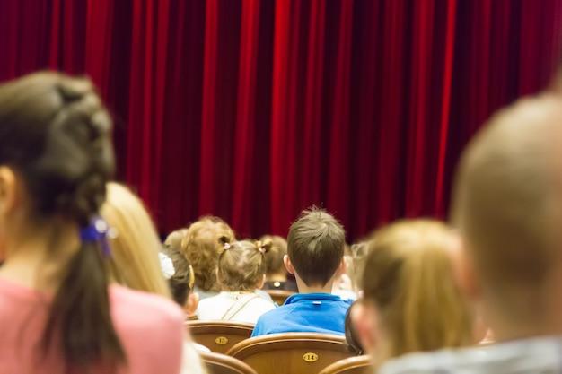 Dzieci W Teatrze Lub Kinie Przed Spektaklem. Premium Zdjęcia