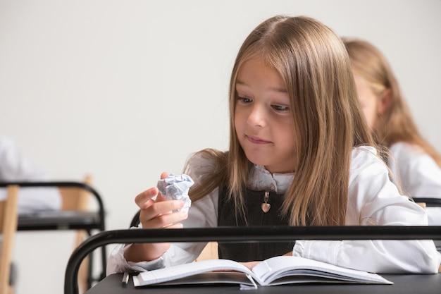 Dzieci W Wieku Szkolnym W Klasie Na Lekcji Darmowe Zdjęcia