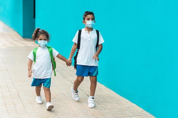 Dzieci Z Maską Wracają Do Szkoły Podczas Epidemii Koronawirusa Premium Zdjęcia