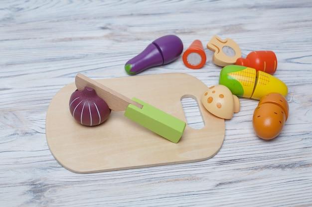 Dzieci Zabawki Drewniane Warzywa. Rozwijająca Się Drewniana Gra Dla Dzieci. Zestaw Drewnianych Warzyw Z Miejsca Kopiowania Tekstu. Plastikowa Zabawka Dla Dzieci. Pokrojone Warzywa-zabawki Premium Zdjęcia
