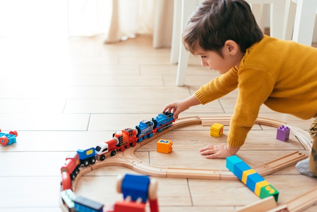 Dzieciak Bawić Się Z Zabawkarskim Pociągiem Darmowe Zdjęcia