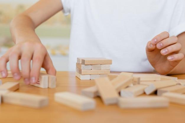 Dzieciak Gra Z Bliska Gra Drewniana Wieża Darmowe Zdjęcia