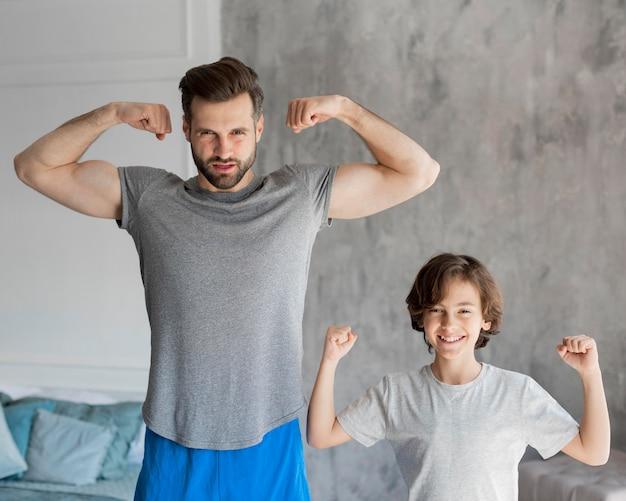 Dzieciak I Jego Ojciec Uprawiają Sport W Domu Darmowe Zdjęcia
