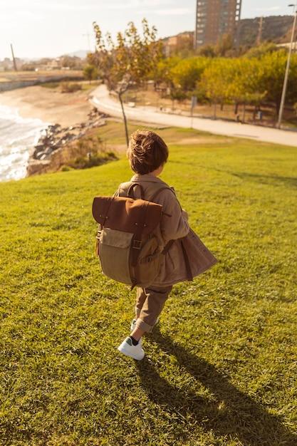 Dzieciak Pod Wysokim Kątem W Plecaku Darmowe Zdjęcia