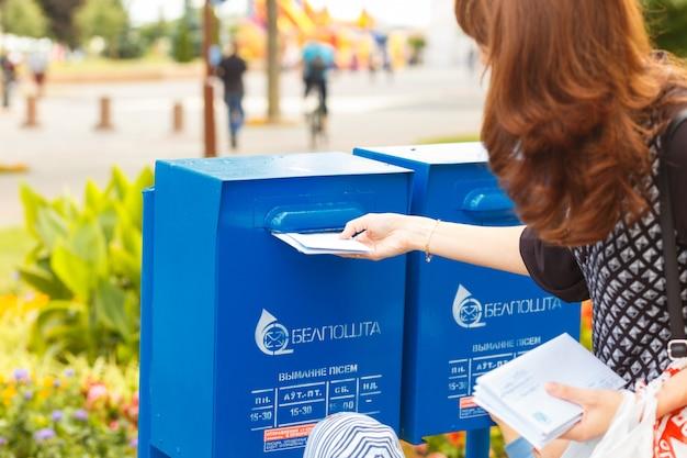 Dzieciaki Pomagają Matce Umieszczać Litery W Skrzynce Pocztowej Premium Zdjęcia